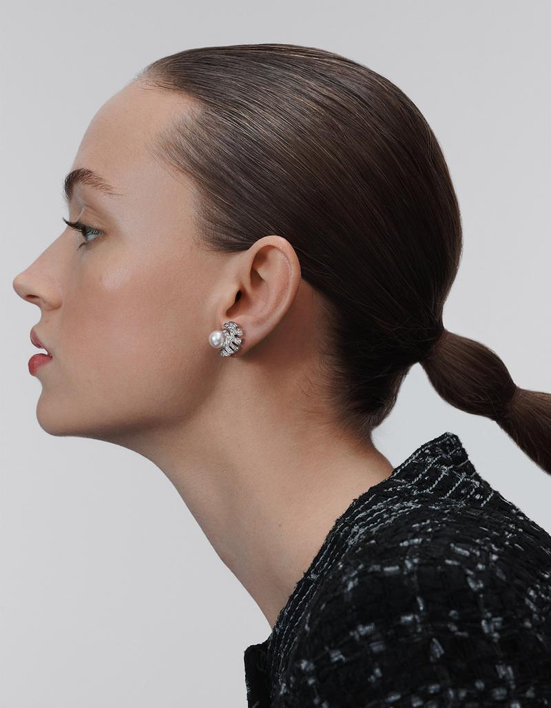 model with PLUME DE CHANEL earrings in gold, diamonds and pearls look 4 option 1
