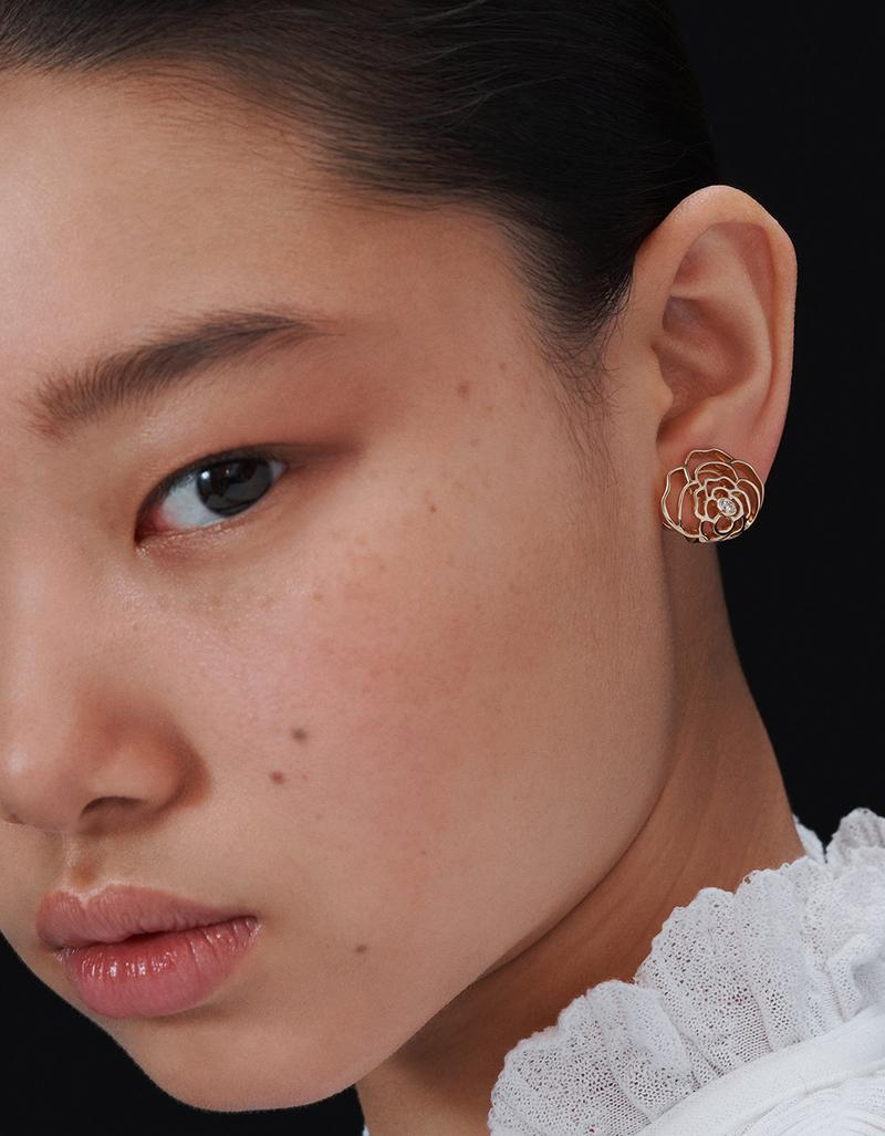 model with one PÉTALES DE CAMÉLIA earring in gold and diamonds look 3 option 1