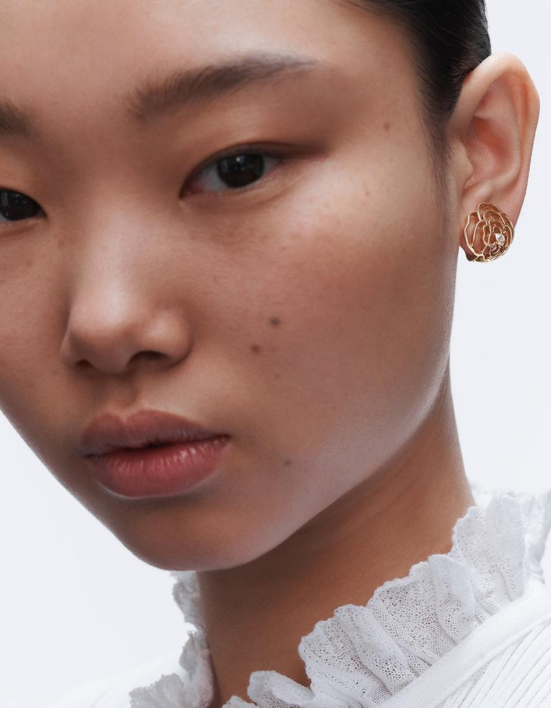 model with one PÉTALES DE CAMÉLIA earring in gold and diamonds look 3 option 2