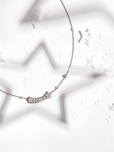 Still-life visual with the COMÈTE CHEVRON transformable necklace in gold and diamonds.