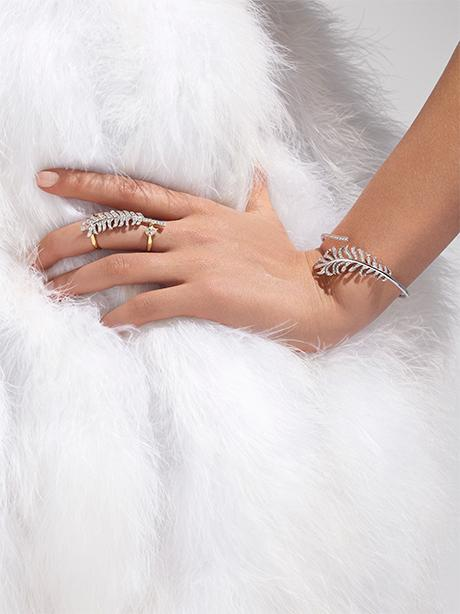 Model wearing the PLUME DE CHANEL ring and bracelet in gold and diamonds.