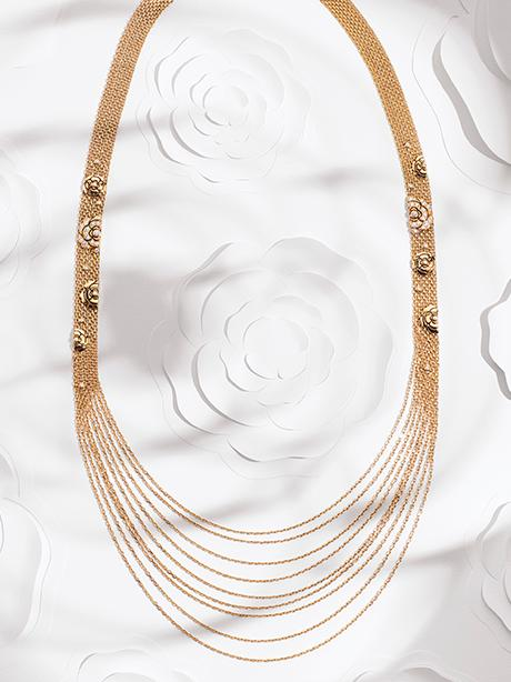 Still-life visual with the CAMÉLIA necklace in gold and diamonds.