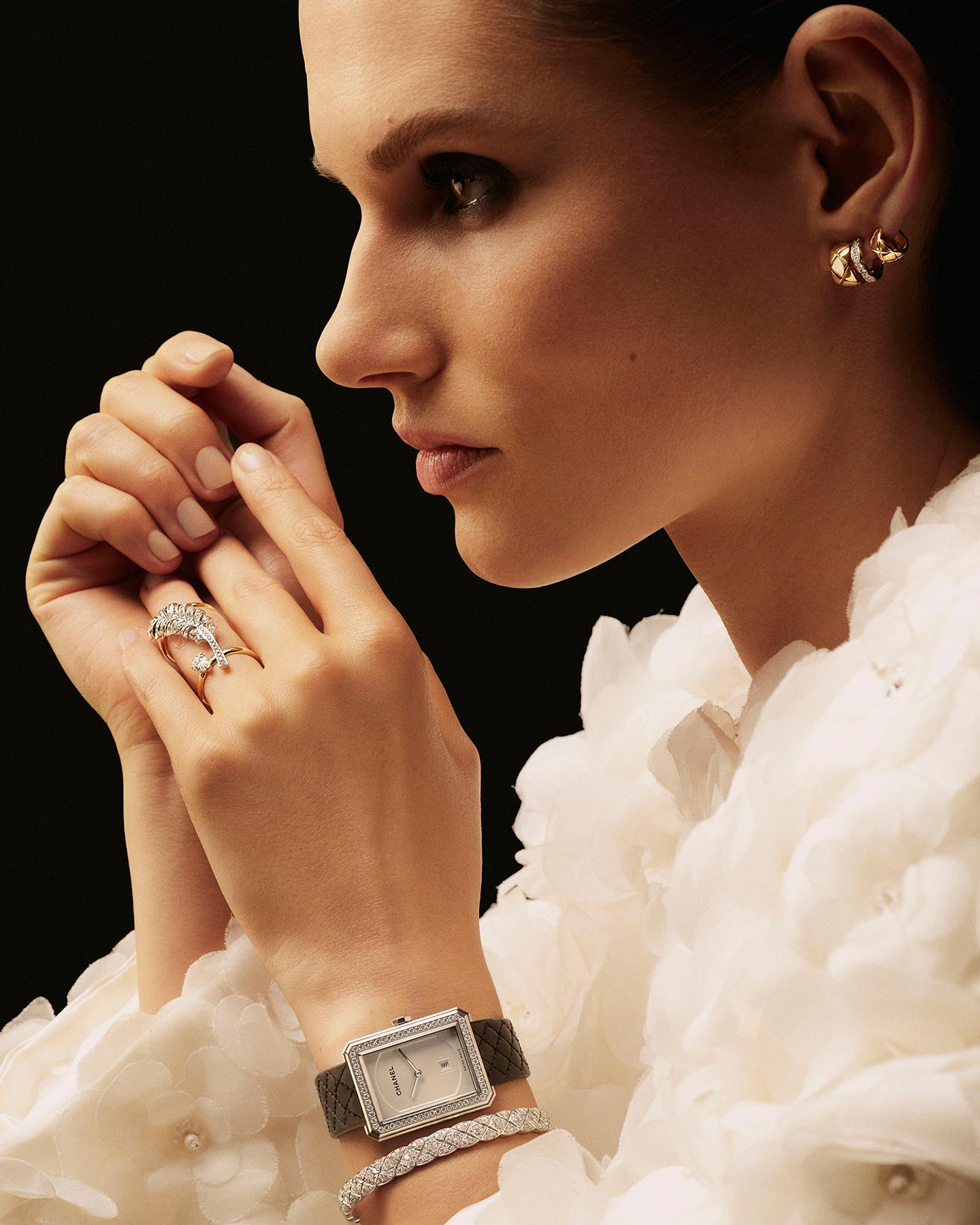 model wearing a COCO CRUSH earring, a PLUME de CHANEL ring, a BOY·FRIEND watch and a COCO CRUSH bracelet