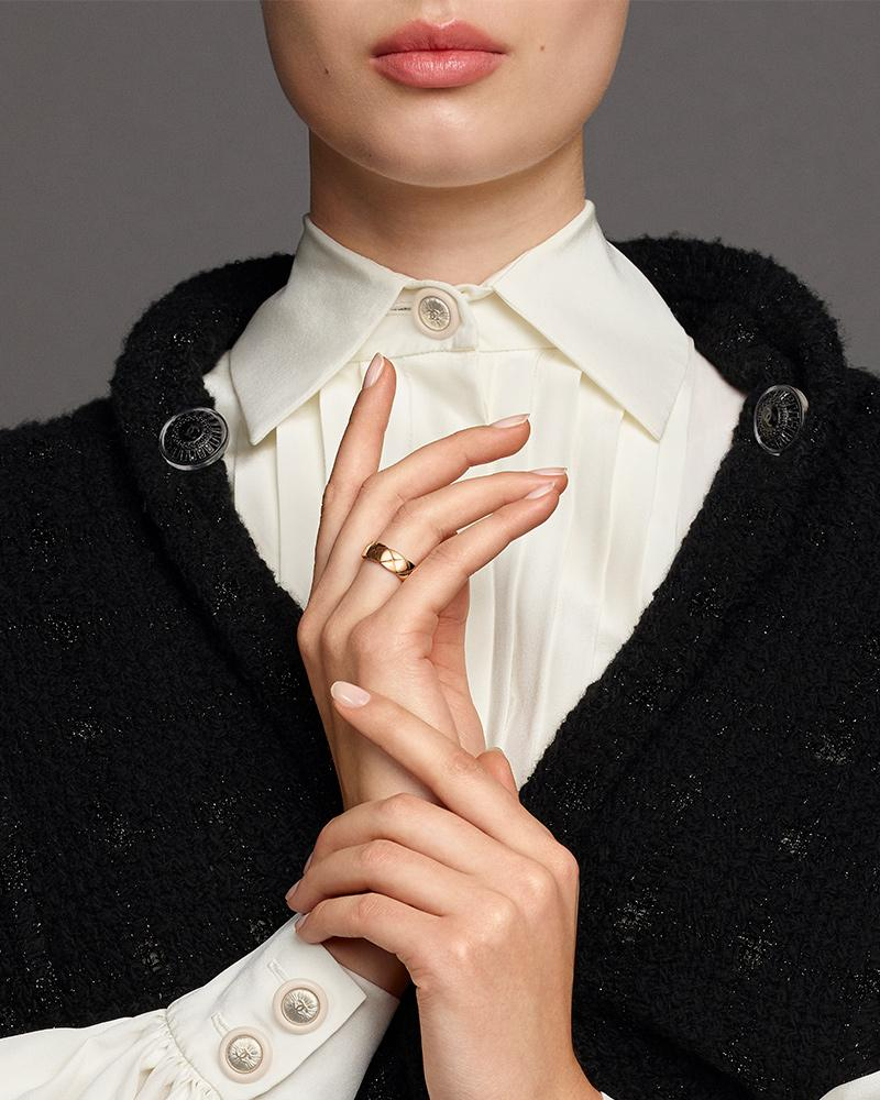 Model wearing a COCO CRUSH ring in 18K BEIGE GOLD – Aubazine
