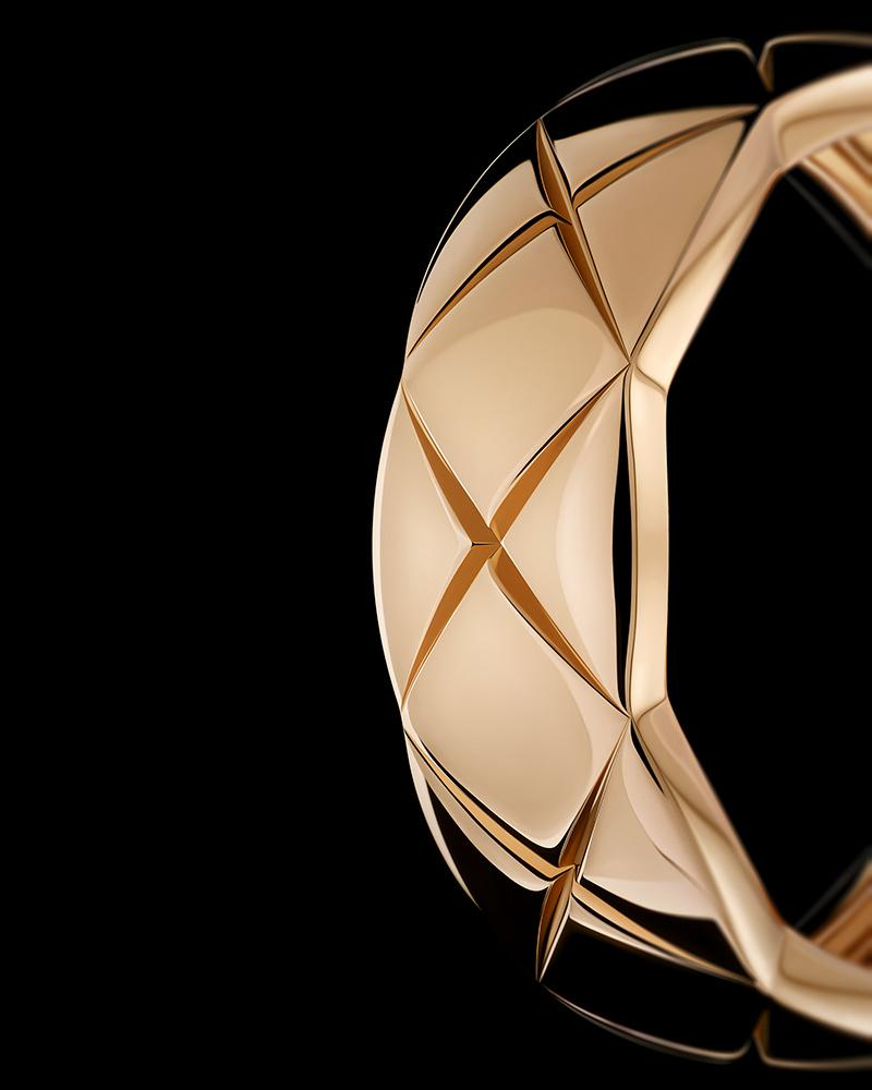 Still-life visual of a COCO CRUSH ring in 18K BEIGE GOLD – Gravité