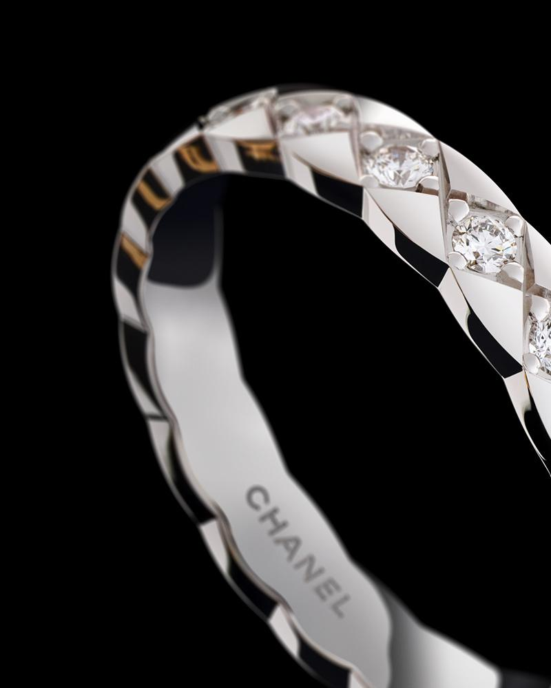 Still-life visual of a COCO CRUSH MINI ring in 18K white gold* and diamonds – Jeu de lois