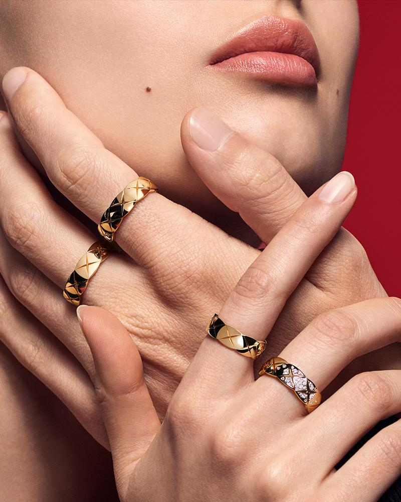 Model wearing COCO CRUSH rings in 18K yellow gold and diamonds – Lewis et Irène