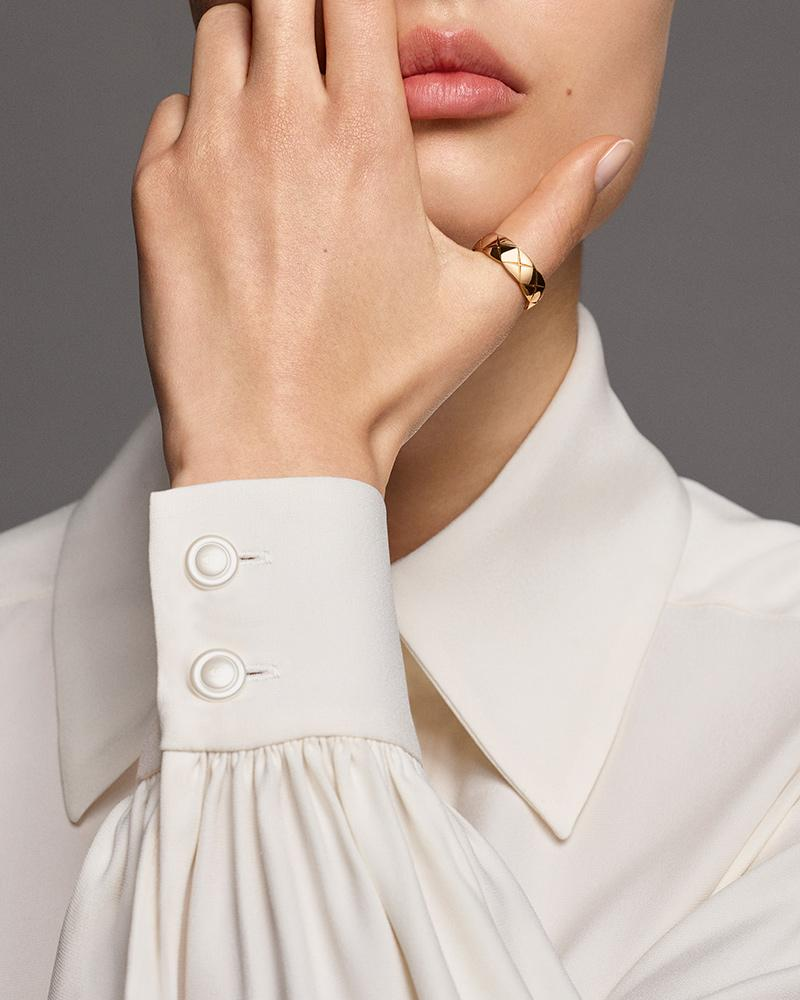 Model wearing a COCO CRUSH ring in 18K BEIGE GOLD – Particulière
