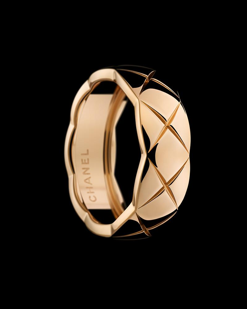 Still-life visual of a COCO CRUSH ring in 18K BEIGE GOLD – Silence and Trio