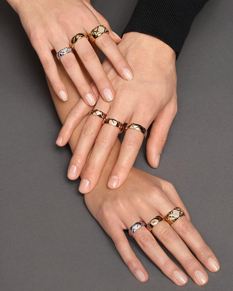 Model wearing COCO CRUSH rings in 18K BEIGE GOLD, white gold and diamonds - Trio